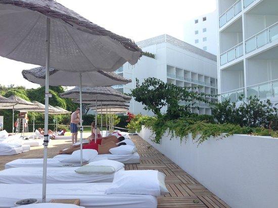 Hotel SU: лежаки у бассейна