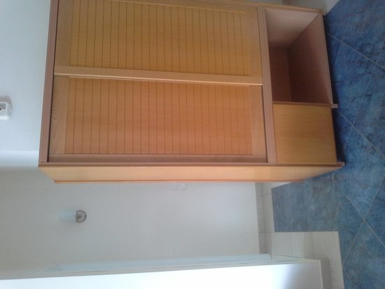 Ithea Suites Hotel : Family suite cabinet