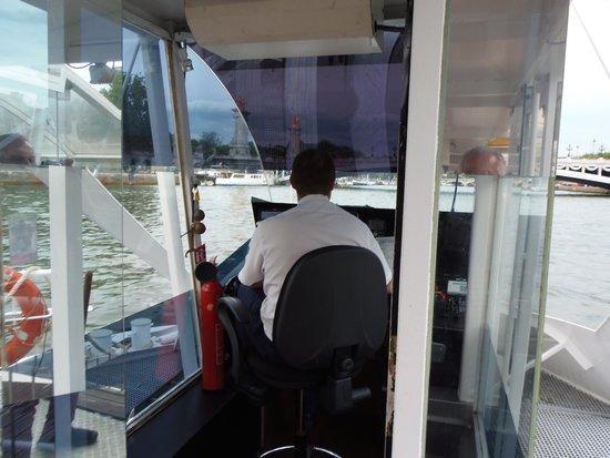 Batobus : Capitan del barco conduciendolo