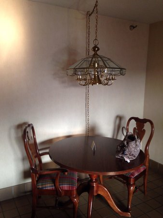 Garfield Suites Hotel : Table & light fixture