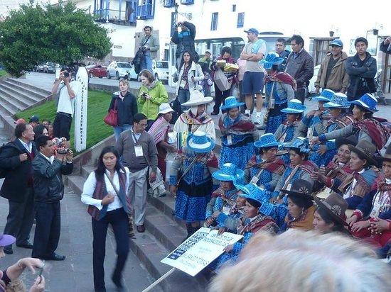 Centro de Textiles Tradicionales del Cusco: Obvervar los trajes tipicos y coloridos