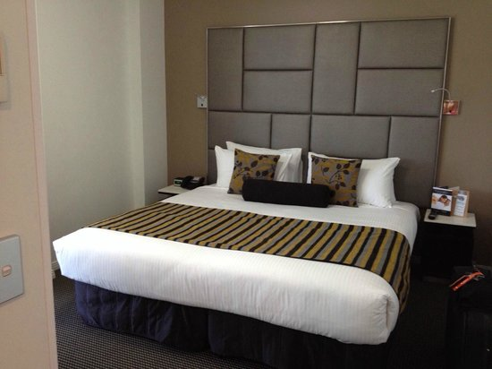 Meriton Serviced Apartments Brisbane on Herschel Street: King size bed - one bedroom apartment