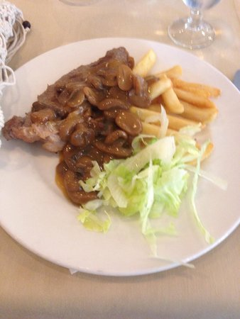 AluaSun Torrenova: Steak, mushroom sauce, chips and lettuce