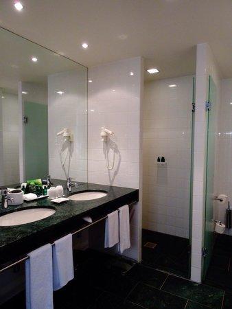 Sofitel Berlin Kurfürstendamm: Bathroom Suite at the Sofitel