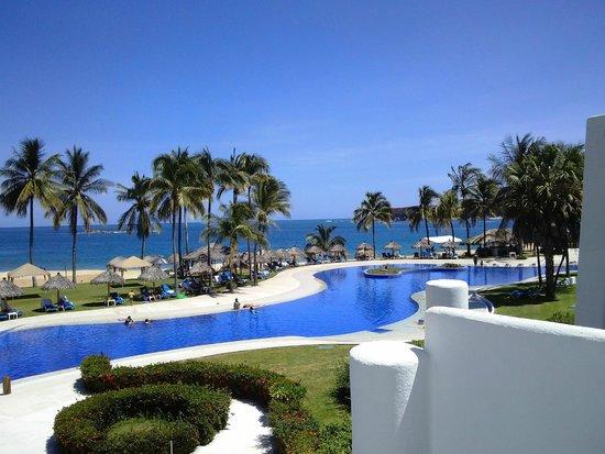 Camino Real Zaashila: Vista de la alberca principal del hotel y de la playa.