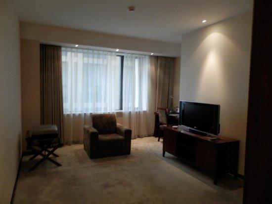 Mercure Wanshang Beijing: Área de estar do apartamento