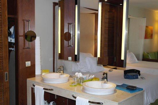 """Family Club at Barceló Bávaro Palace Deluxe : Espelhos """"dividindo"""" banheiro do quarto"""