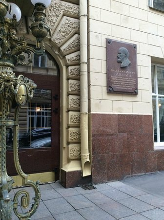 Budapest Hotel : Outside view, plaque of Lenin (?)