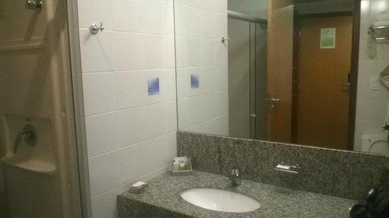 Quality Hotel Afonso Pena: banheiro pequeno