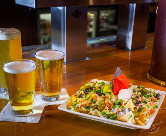 Roger Brown's Restaurant & Sport Bar: Nachos and beer with friends