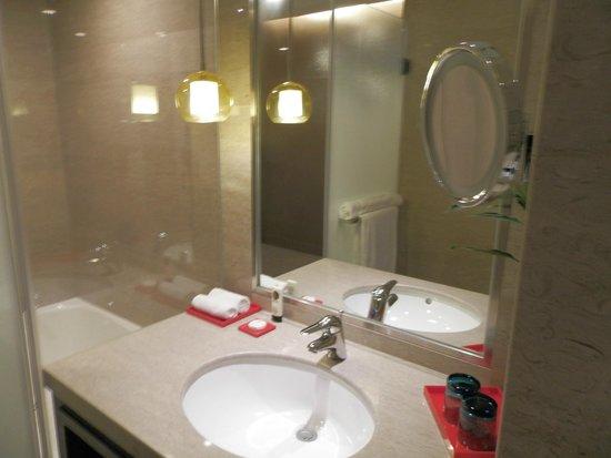 Sofitel Shanghai Hyland : Pia do Banheiro