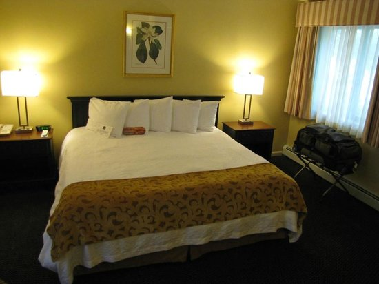 Best Western Inn & Suites Rutland-Killington: King Bed in a huge separate bedroom!