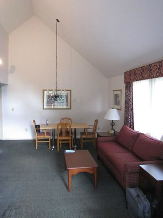 Best Western Inn & Suites Rutland-Killington: Large living room with dining room table