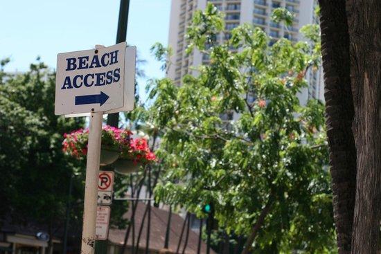 Holiday Inn Resort Waikiki Beachcomber: チーズケーキ横の路地の看板。今回は無くなっていた。