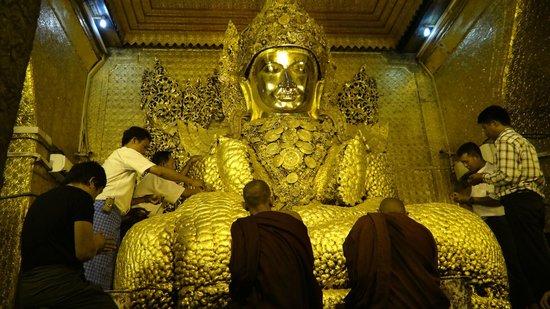 Mahamuni Pagoda: Offering