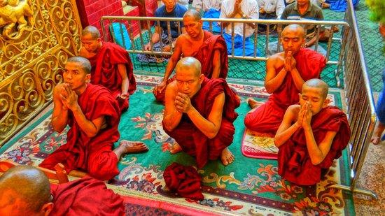 Mahamuni Pagoda: Worshipping