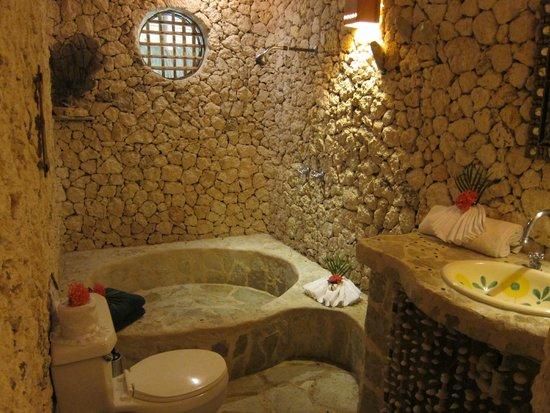 Natura Cabana Boutique Hotel & Spa: Stone bathroom