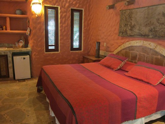 Natura Cabana Boutique Hotel & Spa: King sized bed and small kitchenette