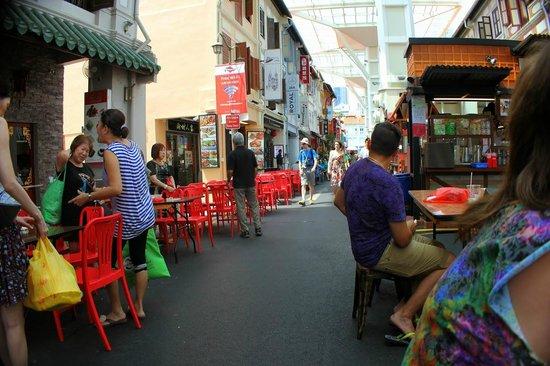 Hotel Clover 5 HongKong Street: Outdoor eating :)
