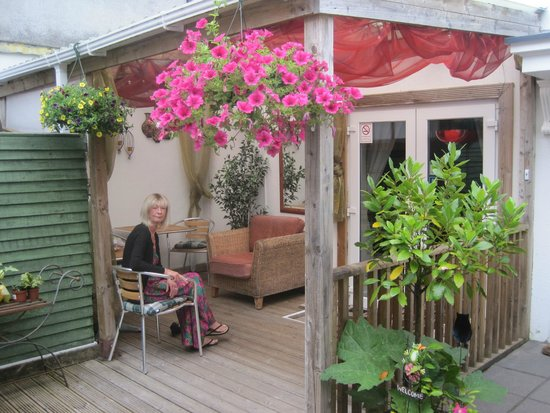The Arch B&B: Outside seating area