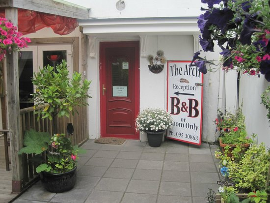 The Arch B&B: Front of Guest House
