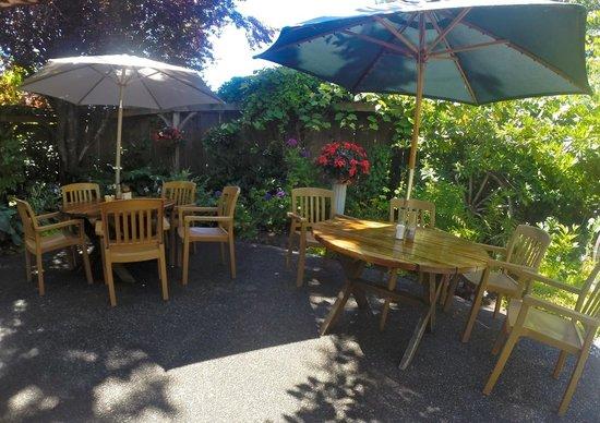 Royal Coachman Neighborhood Pub: Great Setting...