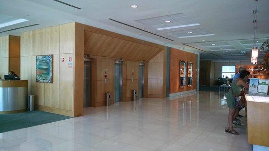 SANA Malhoa Hotel: Hall dos elevadores.