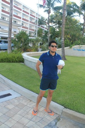 The Naples Beach Hotel & Golf Club: Eu em frente do hotel.