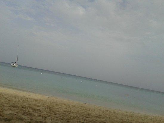 Paradise Oceanic Hotel : Playa frente al hotel y Cayuco bar