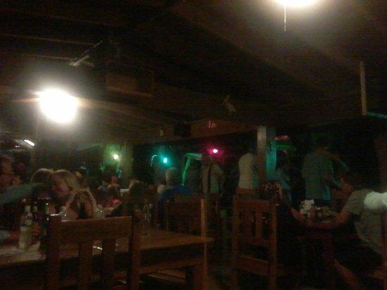 Bananarama Beach and Dive Resort : Bar/restaurante de noche