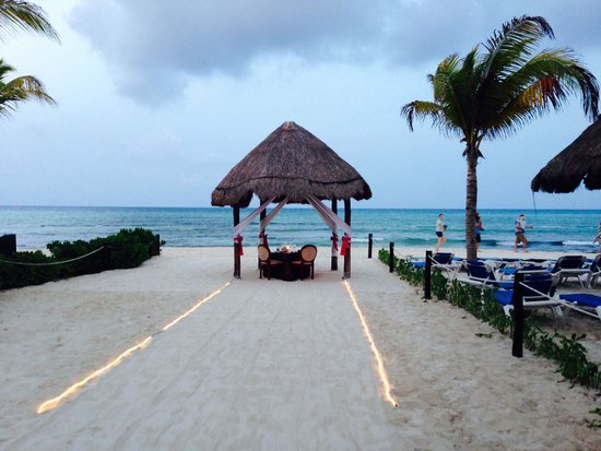 Sandos Caracol Eco Resort: Romantic dinner at the beach, one of my great nights ever!!