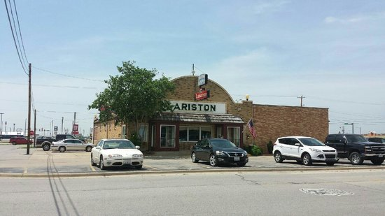 Ariston Cafe: Front of cafe.