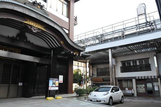 Bansho-ji Temple: 商店街の中に