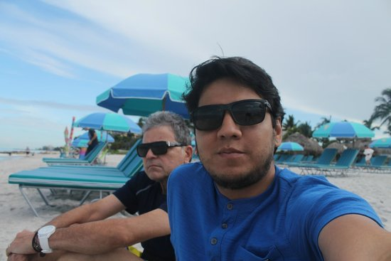The Naples Beach Hotel & Golf Club: Edu e eu na praia.