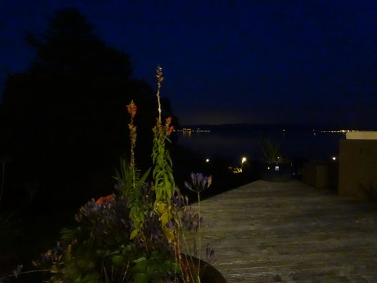 Munro's B & B: Rothesay Bay at night from the decking