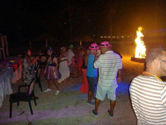 BelleVue Dominican Bay: Disco en la playa con fogata incluida
