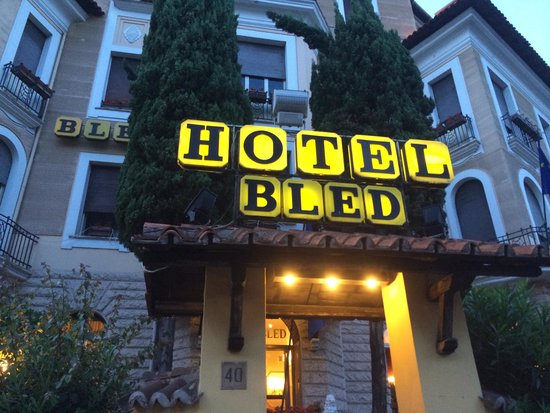 Hotel Bled: front of hotel