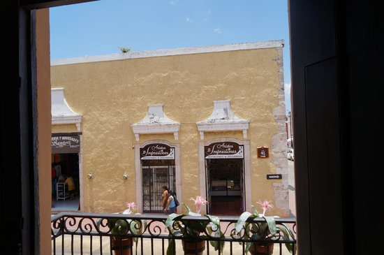 La Casona de Valladolid : La vista a la calle desde nuestra mesa.