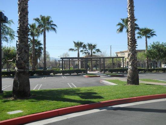 Hilton Garden Inn Ontario / Rancho Cucamonga: 駐車場