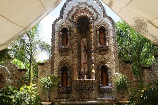La Casona de Valladolid : Bello retablo de azulejos, barro y talavera en el patio.
