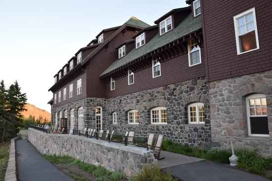 Crater Lake Lodge: Back side of hotel