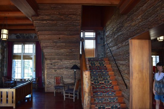 Crater Lake Lodge: central stairs