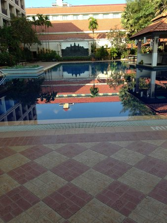 Hotel Somadevi Angkor Resort & Spa : Sunset by the pool