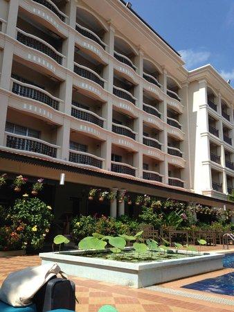 Hotel Somadevi Angkor Resort & Spa: Hotel from pool area