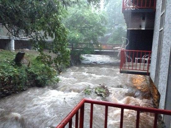 Zoders Inn & Suites: it rained a bit one day, it was pretty cool watching the stream grow.