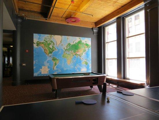 Hostelling International Chicago: Área recreativa do hostel.
