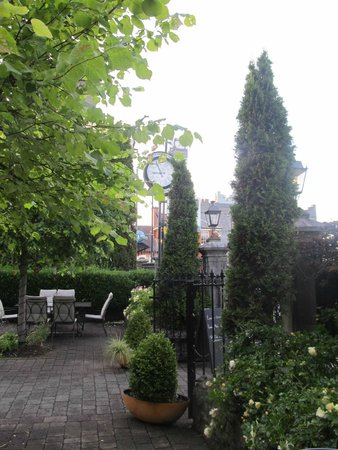 Gleeson's Townhouse and Restaurant: front garden