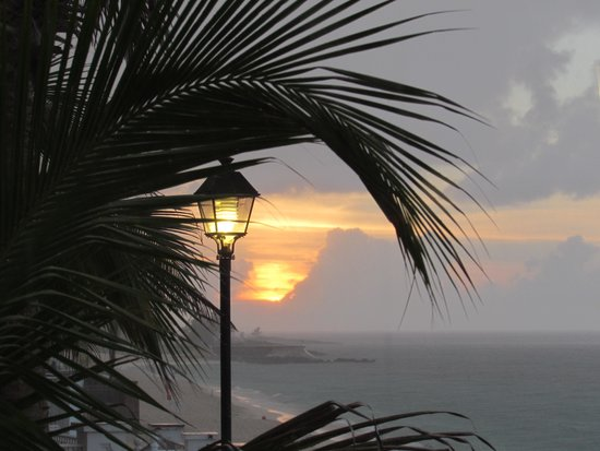 Hotel Riu Palace Paradise Island: sunset in rain