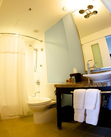 The New Otani Kaimana Beach Hotel: Bathroom in Superior & Deluxe categories