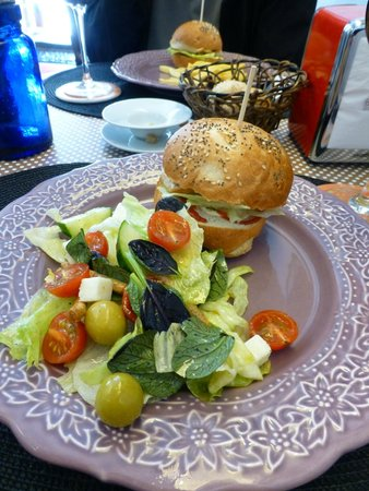 Tallers 76 : Delicious chicken burger and salad
